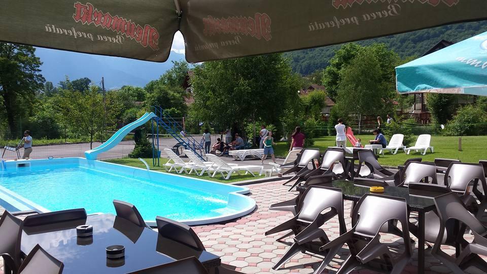 Piscina bran cazare cu piscina exterioara sezoniera for Cazare bran cu piscina