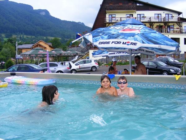Mobila pentru bucataria cazare bran piscina exterioara for Cazare bran cu piscina