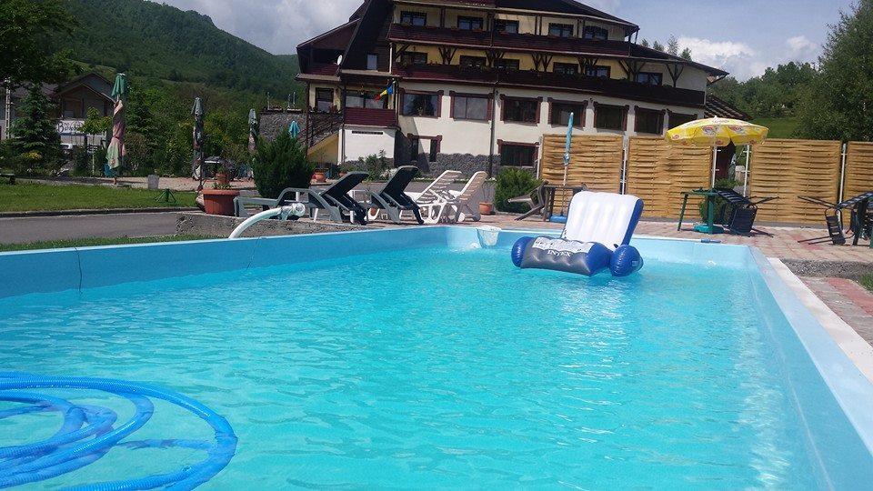 Piscina bran cazare cu piscina exterioara bran pensiune for Hotel cu piscina